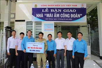 """Công đoàn Điện lực Việt Nam: Trao nhà """"Mái ấm công đoàn"""" cho CNVCLĐ dịp Tháng Công nhân năm 2020"""