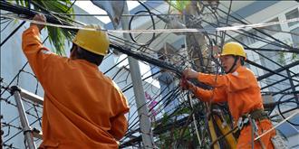 Cảnh báo nguy cơ cháy nổ từ việc treo, kéo cáp viễn thông trên cột điện không đúng quy định